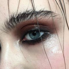 Delineated, smoky, colors, shapes and techniques to make up your eyes every time We propose ten eye makeup looks for different tastes and. Makeup Inspo, Makeup Art, Hair Makeup, Punk Makeup, 90s Makeup, Makeup Eyebrows, Makeup Hairstyle, Eyebrow Makeup, Hairstyle Ideas