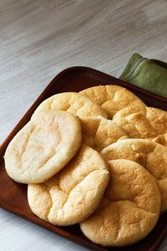 Gluten Free Cloud Bread with 5 ingredients or less and a ton of ideas on how you can use this revolutionary GF/KETO/Low Carb Bread in your life! Cloud Bread, Keto Foods, Ketogenic Recipes, Oopsie Bread Recipe, Pan Nube, Pan Cetogénico, Atkins, Low Carb Recipes, Cooking Recipes