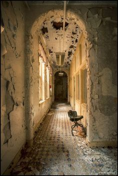 The sunshine can still illuminate this hallway in the derelict Hudson River Hospital. Abandoned Property, Abandoned Asylums, Abandoned Places, Old Buildings, Abandoned Buildings, Beautiful Ruins, Beautiful Places, Abandoned Hospital, Famous Castles
