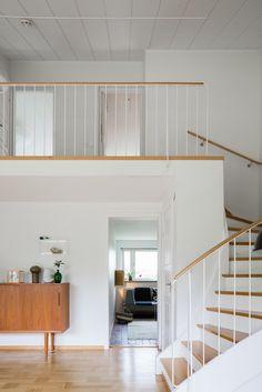 Varmt välkomna till detta gedigna, stilrena och tidstypiska 50-talshus som det är så lätt att förälska sig i! Stora fönsterpartier, högt i tak, tre bra sovrum, två härliga vardagsrum samt en grönskande, insynsskyddad oas till trädgård! Metal Handrails For Stairs, Bauhaus Interior, Interior Walls, Interior Design, Hallway Designs, Stairways, My Dream Home, Home Projects, Architecture Design