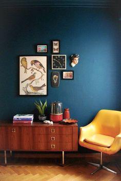 Décliné à l'envie, le jaune s'associe très bien avec le gris, le noir et blanc, mais surtout le bleu et ses déclinaisons.
