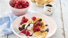 RECEPT DNE: Vafle z litého těsta s malinami a čokopolevou - iDNES.cz Waffles, Breakfast, Food, Pie, Raspberries, Lavender, Kuchen, Morning Coffee, Essen