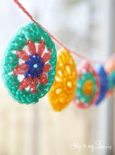 Do you plan to decorate for Easter? How about showing off some of your Crochet skills with this fun Granny square style Easter Egg Garland. Such a pretty decoration. I love the pastel spring colors… Crochet Bunting, Crochet Garland, Crochet Motif, Diy Crochet, Crochet Crafts, Tutorial Crochet, Bunny Crochet, Easter Crochet Patterns, Crochet Flowers