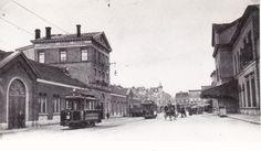 Vorige station Haarlem (rechts). Wildwest stijl. met links de gebouwen van de Beijnes fabriek (bouwer van treinen en trams)