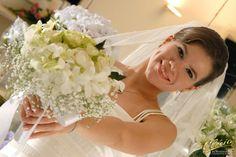 Bouquet de noiva redondo com rosas verdes, orquideas denphal brancas e gipso.