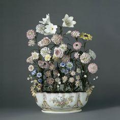 Manufacture royale de Vincennes, Bouquet de fleurs dans une jardiniere, porcelaine tendre, vers 1752, MNC