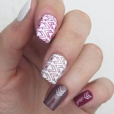 Love this super cool geometric stamping nail art. See more pictures here: http://farbgeschichten-blog.de/2018/02/design-essence-stamp-it-clear-stampy-set/