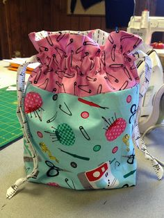 So what happens when I get a nice assortment of selvages from one of my all-time favorite designers, Laurie Wisbrun ? Drawstring Bag Pattern, Drawstring Bags, Sewing Crafts, Sewing Projects, Crazy Mom, Zipper Pouch, Fun Projects, Diaper Bag, Friday
