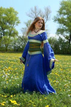 BLIAUD. En el periodo carolingic, túnica corta masculina o femenina. Presenta cuello bajo y llega hasta la altura de las caderas. Va sobre la batista, lleva mangas con ribetes de adorno y da paso a la camisa masculina actual.