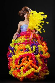 dress balloon art fashion The beautiful color The beautiful color of a balloon The beautiful form made since it is a balloon And I love the balloon dress. Crazy Dresses, Crazy Outfits, Cute Dresses, Tiger Costume, Art Costume, Costumes, Weird Fashion, Fashion Art, Fashion Show