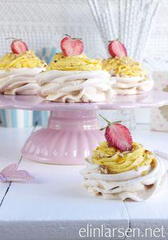 Minipavlova roser med jordbær, lemonfrosting og krokanstrøssel Pudding Desserts, Lemon Curd, Pavlova, Vanilla Cake, Cupcake, Baking, Food, Cupcakes, Bakken