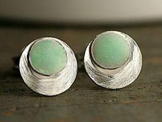 Punkte Ohrstecker meerschaumgrün Sterling Siber Kleine runde Ohrstecker aus 925 Sterling Silber.  Die Oberfläche ist matt und gebürstet. Jeder Kreis hat einen weiteren kleinen Kreis aufgelötet, den wir mit meerschaumgrünen Harz ausgiessen. Schlicht, modern, edel. Für jeden Tag und für immer.