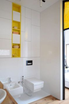 ideen-bad-einbauschrank-grifflose-fronten-gelbe-regale
