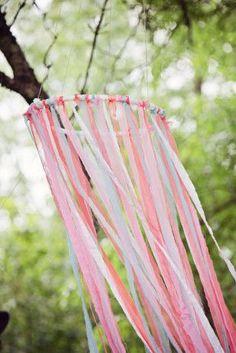 Perfekt für jede #Boho #Wedding! Süße Kränze aus bunten Bändern #weddingdecoration #hochzeitsdeko #vintage #colorful