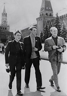 Bourvil et ses deux fils, Dominique et Philippe, se promènent le 21 juillet 1967 sur la Place Rouge à Moscou. © AFP