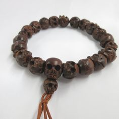 Item : Briar Wood Black Skull Bracelet Handemade in Kyoto, JAPAN Material : Briar Wood (Marimo), Silk elastic cord Length : about 7.09in (18cm) We adjust the size to your wrist for a fee. Main beads : about 0.393in (10mm) Head bead : about 0.511in (13mm) Small beads : about 0.314in
