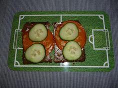 Kates Frühstück am Mittwoch: Vollkornbrot mit Veganslices Salami von Wheaty und Gurken.
