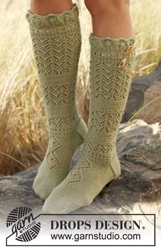 "Free pattern: Knitted DROPS sock with lace in ""Alpaca""."