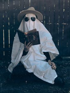 Funny Ghost, My Ghost, Cute Ghost, Ghost Photography, Halloween Photography, Photography Poses, Sheet Ghost, Ghost Pictures, Cute Friend Pictures
