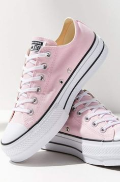 Shop Converse Chuck Taylor Platform Lo Lift Sneaker at Urban Outfitters today. Outfits With Converse, Converse Sneakers, Converse All Star, Sneakers Fashion, Converse Chuck Taylor, Jean Outfits, Cute Shoes, Me Too Shoes, Jouer Au Basket