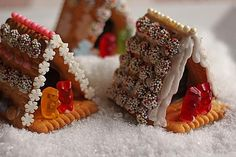 Mini - Knusperhäuschen Mini Crunchy House (recipe with picture) by Rince Cool Gingerbread Houses, Christmas Gingerbread House, Christmas Treats, Christmas Baking, Christmas Cookies, Christmas Time, Xmas Food, Food Humor, Diy Food