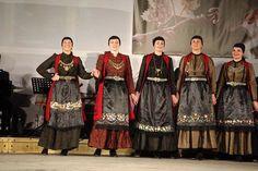 Ζαγορίσιες γυναικείες φορεσιές από εκδήλωση Πολτιστικού Συνδέσμου Ζαγορισίων Ιωαννίνων Greece, Sari, Fashion, Greece Country, Saree, Moda, Fashion Styles, Fashion Illustrations, Saris