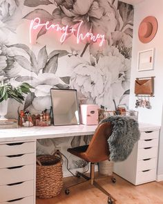 Chic Office Decor, Cozy Home Office, Home Office Space, Home Office Design, House Design, Chic Cubicle Decor, Office Inspo, Office Desks, Design Design