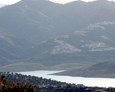 """#Málaga - La Viñuela - 36º 51' 34"""" -4º 9' 25"""" / 36.859444, -4.156944  En torno a una venta existente en el camino que comunicaba Vélez con Granada, a través del Boquete de Zafarraya, se levantó este pequeño núcleo de población."""