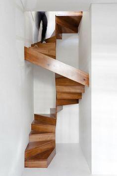 Dieses schmale Treppenhaus passt ordentlich in die Ecke.