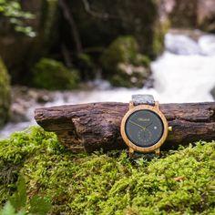 Wein trifft alpines Lebensgefühl - das ist das Motto dieser zeitlos schönen Armbanduhr aus Barrique Weinfass mit Schladminger Lodenarmband. Die Raffinesse an dieser klassischen Armbanduhr von Waidzeit ist die kleine Sekunde und das dunkle anthrazitfarbene Ziffernblatt. Zudem verfügt der Zeitmesser über eine funktionale Datumsanzeige.  Ein besonderes Highlight sind die Bänder aus Loden. Wood Watch, Motto, Accessories, Fashion, Wine Cask, Bracelet Watch, Nice Asses, Wooden Clock, Moda