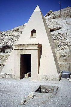Pirâmide no túmulo de Sennedjem, Luxor Cisjordânia, Egito