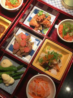 Unsere Bento Box am japanischen Abend! Ein Stück Japan in Hamburg. #diegutebotschafthamburg #timmälzer #bentobox Restaurant Hamburg, Curry, Japan, Ethnic Recipes, Food, Food Menu, Ribs, Veggie Food, Food Food