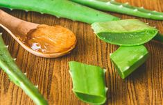 Aloe vera is a popular home remedy used to soothe the skin. Aloe vera extract is commonly used to treat mild rashes,cuts and sunburn, and is also effective in treating acne. Aloe Vera Gel, Aloe Vera Haut, Gel Aloe, Get Rid Of Blackheads, Pimples, Aloe Vera Visage, Mascarillas Peel Off, How To Grow Eyebrows, Baking Soda Uses