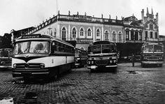 Ônibus que circulavam pela cidade, parados na estação localizada à frente da Booth Line, no Centro de Manaus. Acervo: Moacir Andrade.