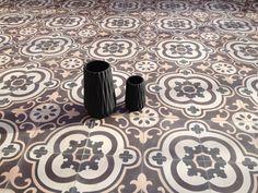 Motif Tea-Time Une terrasse au soleil habillée de carreaux de ciment www.bahya-deco.com