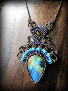 ブルー、グリーン、イエロー、ゴールド、オレンジなどの虹色のようなシラーが石全面から綺麗に見える上質ラブラドライトを使用したネックレスです。一編み一編み丁寧に時間をかけて製作されています。石が大きめなの…