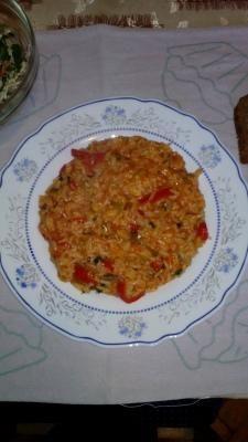 Recept za Povrtnu čaroliju. Za spremanje ovog jela neophodno je pripremiti luk, tikvice, papriku, šargarepu, šampinjone, pirinač, sos, začin.