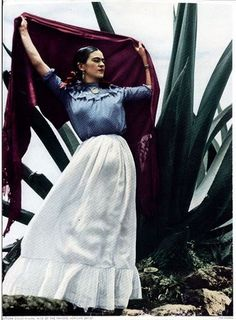 15 Color Photos Of Famous Frida Between The And - - One of the most famous Mexican painters Frida Kahlo didn't plan to become an artist. Instead, she strived to become a doctor until a fateful bus accident pu. Famous Mexican Painters, Mexican Artists, Fridah Kahlo, Arte Latina, Frida And Diego, Frida Art, Diego Rivera, Jolie Photo, Rare Photos