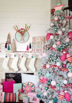 Here are best boho Christmas decor ideas. From Boho chic Christmas tree to DIY Ornaments & Stockings to Colorful Bohemian Christmas decor ideas are here. Traditional Christmas Tree, Whimsical Christmas, Colorful Christmas Tree, Noel Christmas, Modern Christmas, Christmas Tree Decorations, Vintage Christmas, White Christmas, Christmas Mantles