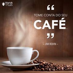 """Jim Rohn, mentor de Tony Robbins no seu início de carreira e responsável por transformar milhões de vidas ao redor do mundo, certa vez disse: """"Tome conta do seu café"""".O que ele queria transmitir com essa metáfora é que cada um é responsável por aquilo que entra na sua vida e na sua mente. Por isso, seja cauteloso com o que te cerca, com as pessoas com quem se relaciona e com a informação que consome diariamente. #handsOnLab #frases #jimRohn #assumaOcontrole"""