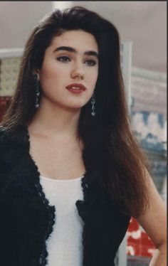 Jennifer Connelly she studied in Saint Ann School. NYC  the famous Brooklyn Bridge.   The father had a friend who worked with advertising. Then, at ten Connelly, the friend suggested to her parents to take her to audition to be a model. Soon after the girl began to appear in newspapers and magazines, and then began appearing in television commercials
