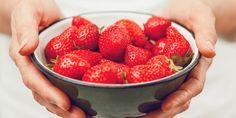 Klinkt bekend? Dat je 's ochtends de aardbeien wast, en een uur later zijn ze veranderd inzachte, zompige vruchtjes? Dankzij dit dertig-secondentrucje heb je er nooit meer last van en blijven je aardbeien lekker vers en fris. Aardbeien: zo houd je ze langer fris Fruit moet gewassen worden. Maar soms zorgt het vocht dat achterblijft…