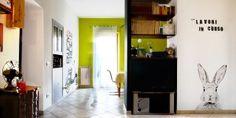 Verso la cucina notiamo due segni distintivi: la parete verde e la vespa disegnata a mano.
