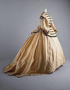 XIX. A partir de mediados de los años 60 el miriñaque fue cambiando su forma y proyectando la falda hacia la parte trasera. Primero fue una falda que se extendía tipo cola pero llegando a la década del 70 el cambio fue notable y toda la atención de la falda se coloco en esa zona