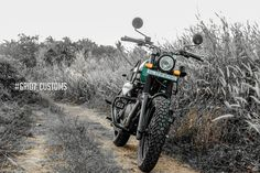 This modified Royal Enfield Himalayan guarantees eyeballs! Himalayan Royal Enfield, Royal Enfield Classic 350cc, Royal Enfield Modified, Enfield Motorcycle, Royal Enfield Bullet, Super 4, Forest Green Color, Green Color Schemes, Green Bodies