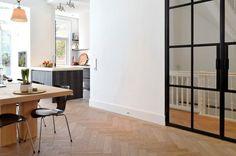 Eigentijdse benedenwoning met klassieke details  Meer interieur-inspiratie? Check Walhalla.com
