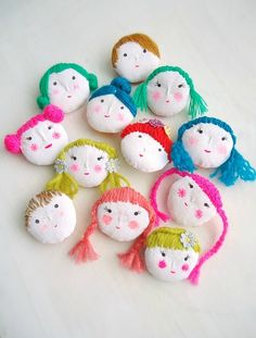 Diy Jewelry : modflowers: doll face brooches -Read More – Textile Jewelry, Fabric Jewelry, Diy Jewelry, Jewellery, Diy For Kids, Crafts For Kids, Diy Crafts, Bijoux Diy, Soft Dolls