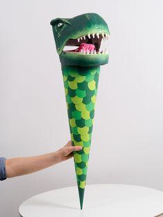 eine große grüne schultüte mit einem großen grünen dinosaurier mit weißem zähnen - eine schultüte basteln