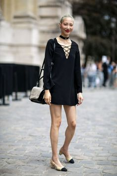 A great street style look with a 90s style choker necklace and dreamy Chanel shoes | Un bellissimo look di street style con una collana del stile degli anni '90 e le bellissime scarpe di Chanel