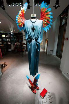 """L'univers d'Alber Elbaz célébré dans le livre """"Lanvin, I love you"""" Lanvin, Visual Merchandising Displays, Fashion Merchandising, Propaganda Visual, Window Display Design, Window Displays, Angel Wings Costume, Clothing Displays, Boutique Decor"""